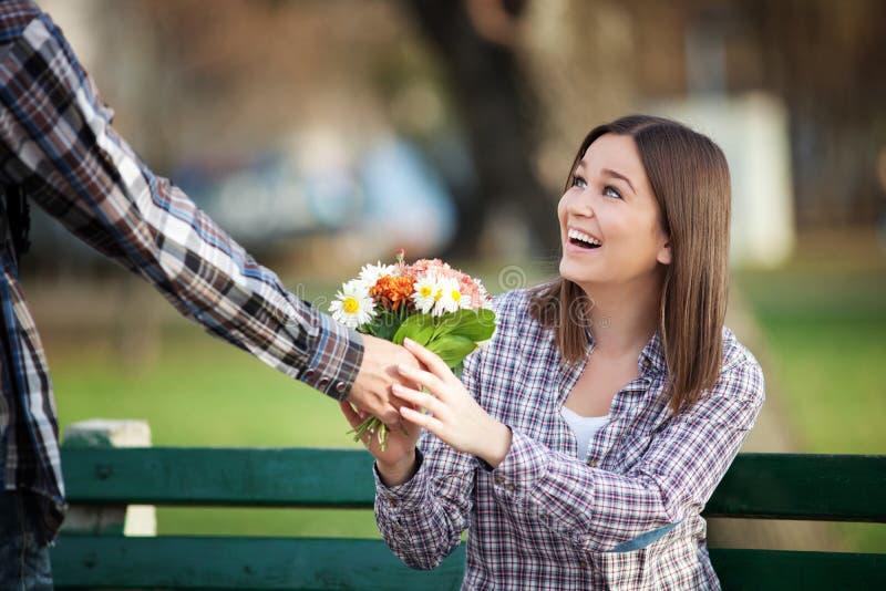 Unga valentin på ett datum royaltyfria bilder