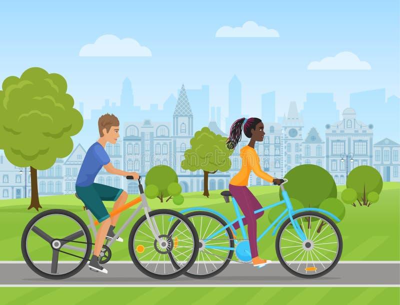 Unga vit man- och afrikankvinnapar som rider en sport, cyklar på en parkeraväg på den gamla stadsbakgrunden Folkcykel stock illustrationer