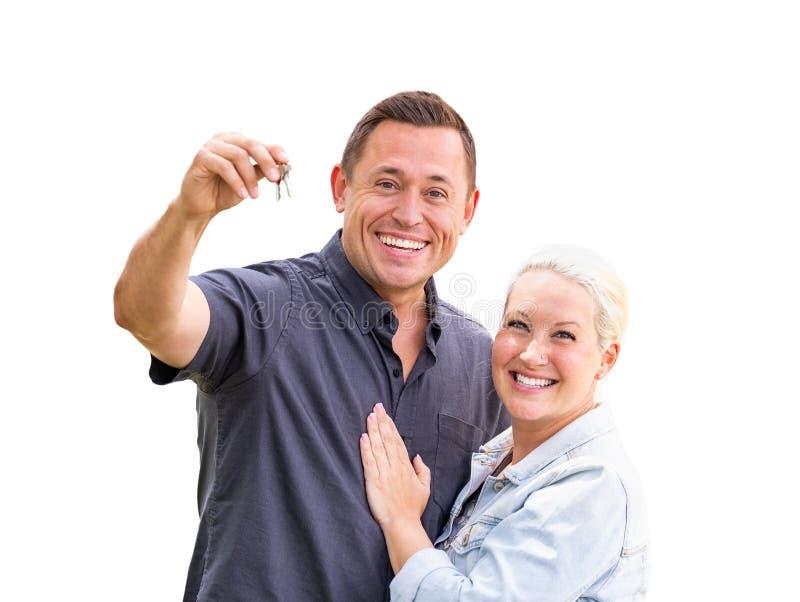 Unga vuxna par som rymmer tangenter för nytt hus isolerade på vit royaltyfri foto