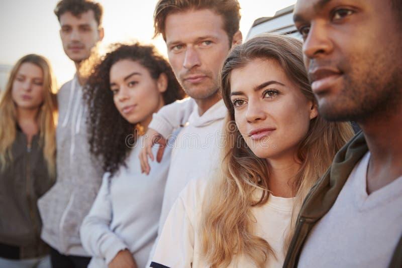 Unga vuxna vänner på ett anseende för vägtur med bilen, slut upp royaltyfri fotografi