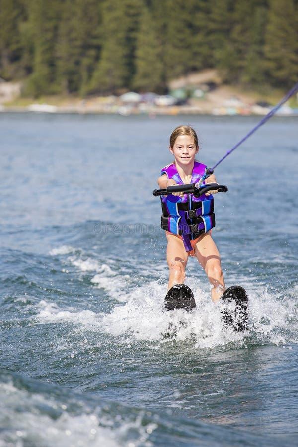Unga Waterskier på en härlig scenisk sjö royaltyfria foton