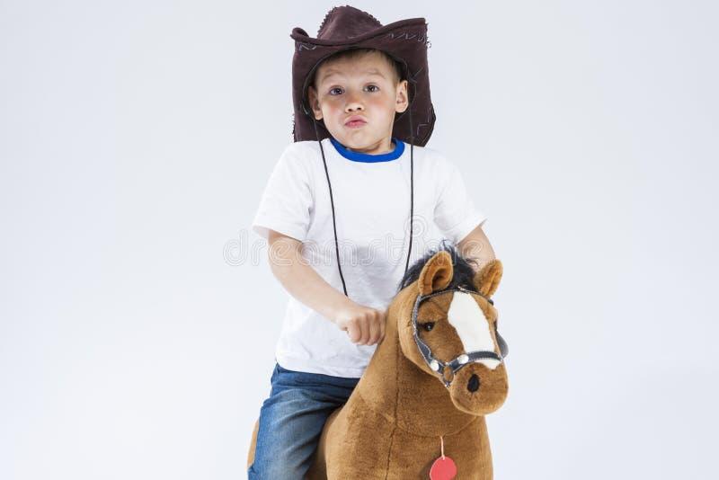 Ungar Consepts Stående av caucasianen Little Boy i cowboyen Clothi royaltyfri bild
