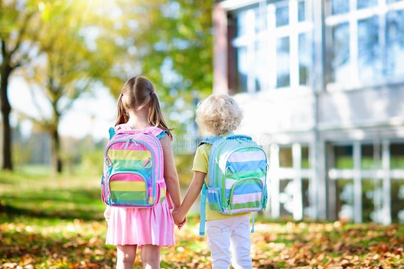 Ungar går tillbaka till skolan Barn på dagiset royaltyfri fotografi