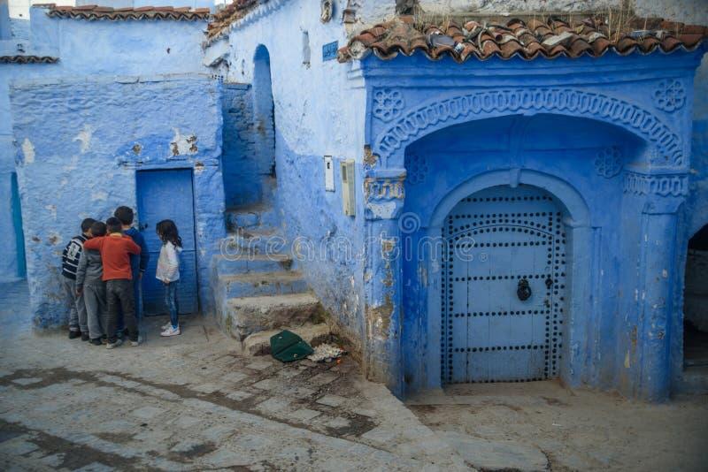 Ungar i Chefchaouen, den blåa staden i Marocko arkivbild