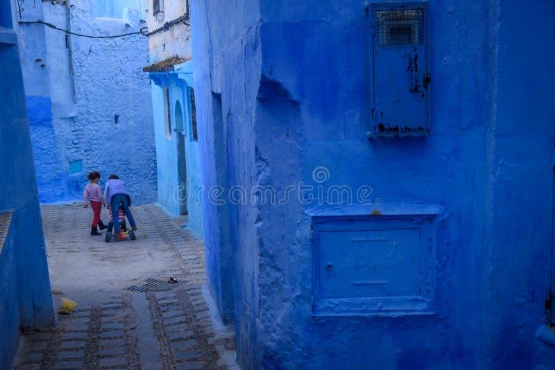 Ungar i Chefchaouen, den blåa staden i Marocko royaltyfri fotografi