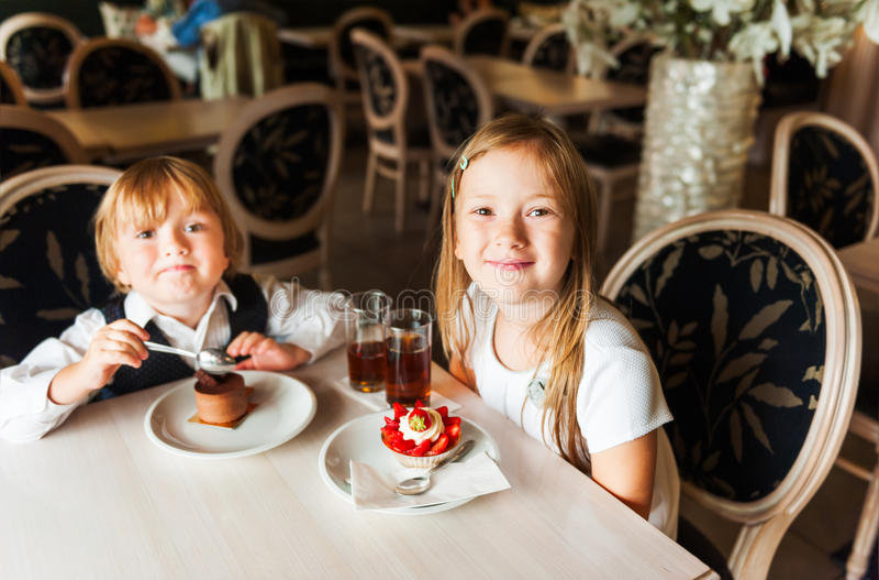 Ungar i ett kafé arkivfoton