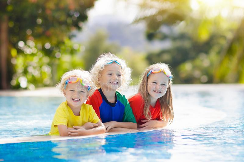 Ungar i simbassäng Barnbad lyckan för farmor för sondotter för åldrig begreppsfamilj föreställer den roliga henne gamla människor royaltyfria bilder