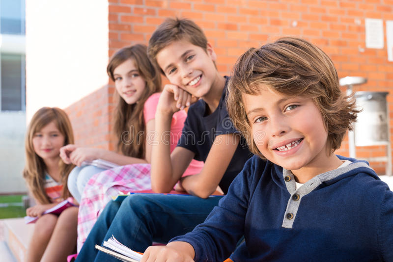 Ungar i skola royaltyfria bilder