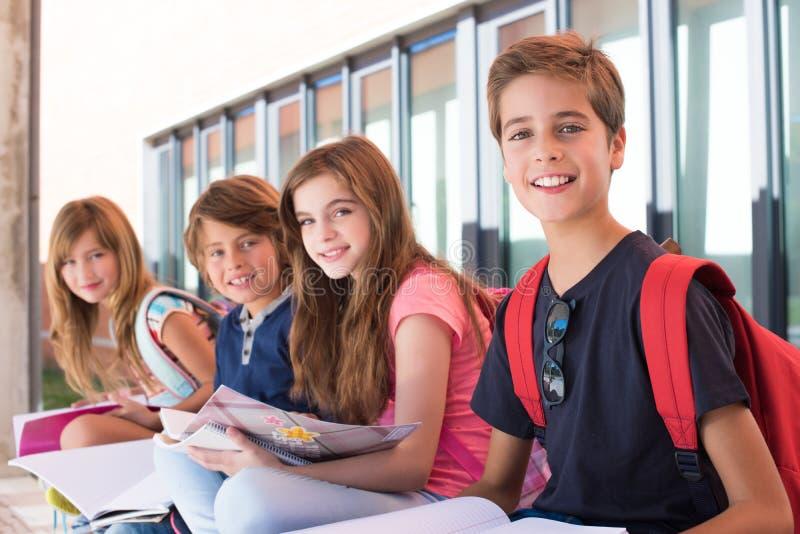 Ungar i skola fotografering för bildbyråer