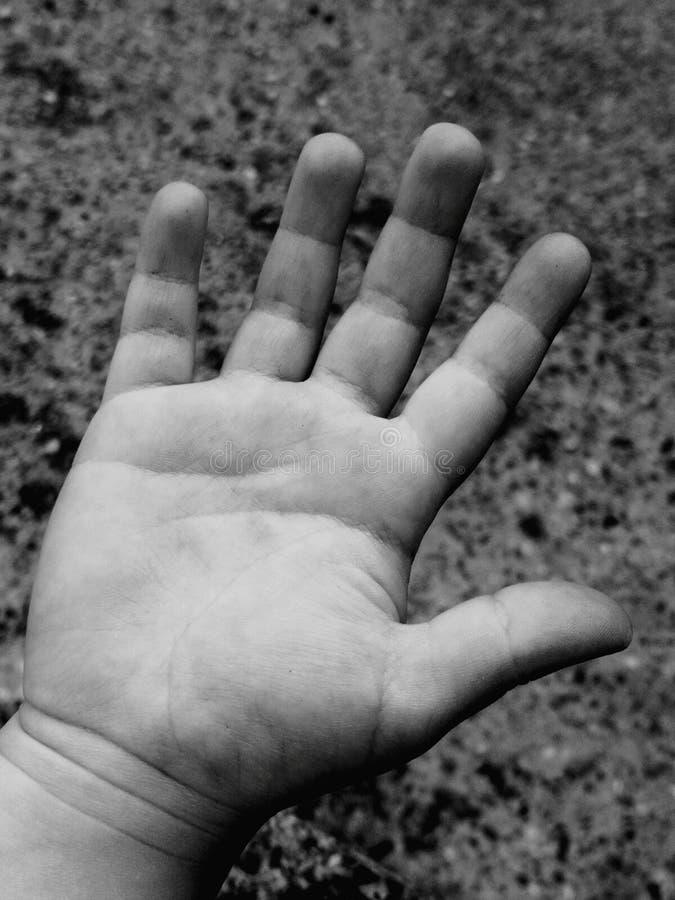 Ungar liten hand, f?r?lskelse, fem fingrar arkivfoto