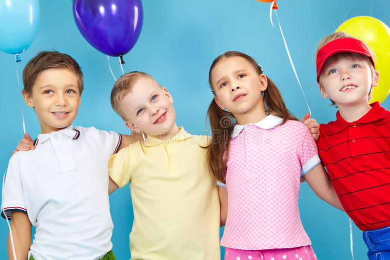 Ungar med ballonger arkivfoton