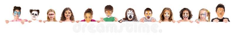 Ungar med djur framsida-målarfärg royaltyfria foton