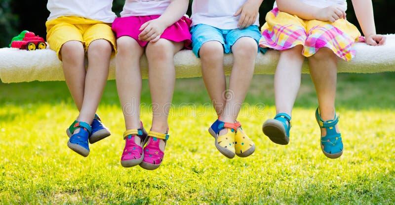 Ungar med färgrika skor Barnskodon royaltyfri bild