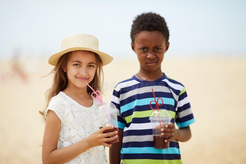 Ungar med förnyande fruktsaft arkivbild