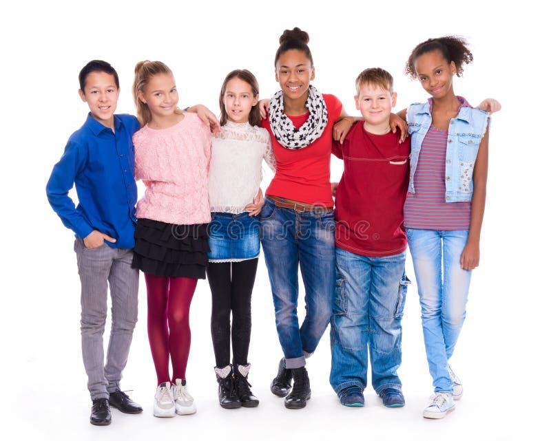 Ungar med olik kläder som tillsammans står royaltyfria bilder