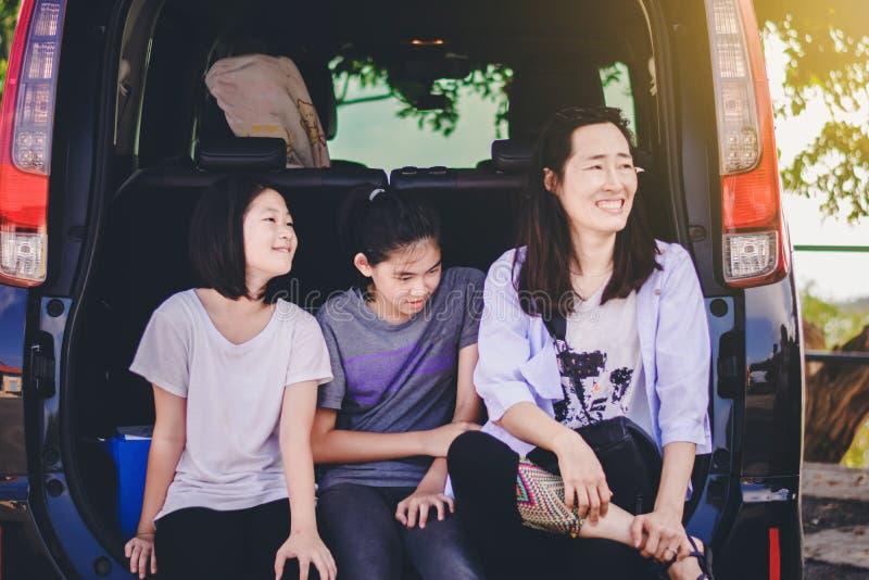 Ungar och liten tant kopplar av på bilen efter lång tur fotografering för bildbyråer