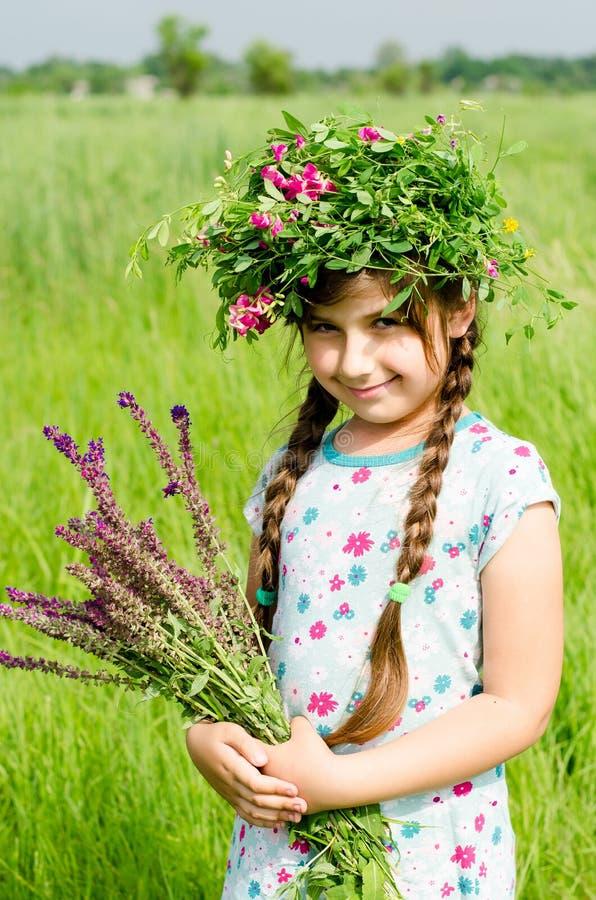 Ungar och natur Barn i land royaltyfria bilder