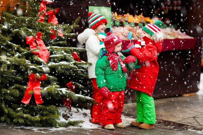 Ungar på ganska jul Barn på Xmas-marknaden arkivfoto