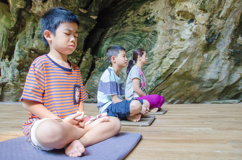 Ungar på meditationvana royaltyfri foto