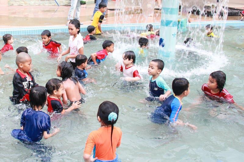 Ungar på simbassängen royaltyfri bild