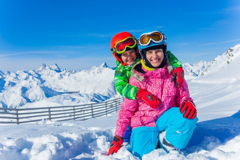 Ungar på skidar semesterorten royaltyfria bilder
