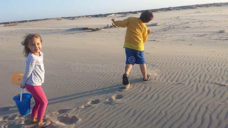 Ungar på stranden royaltyfri fotografi