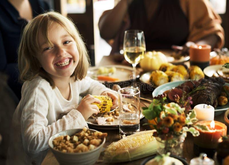 Ungar som äter tycka om mat på tacksägelsepartibegreppet arkivbilder