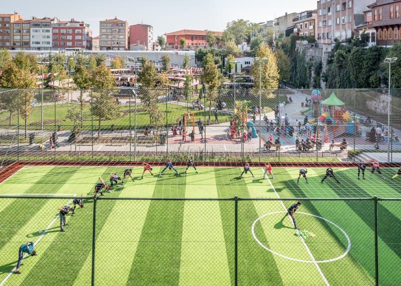 Ungar som övar för match på fotbollfält eller fotbolldomstolen royaltyfria foton