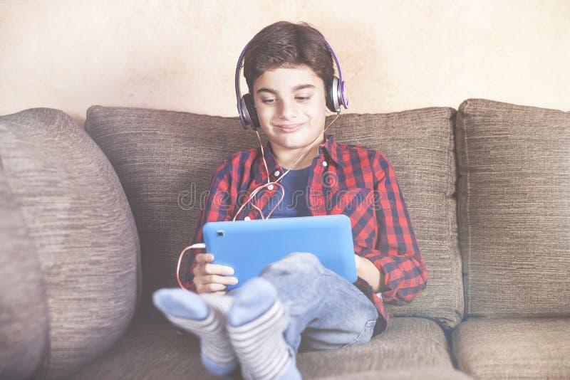 Ungar som använder teknologibegrepp arkivfoton
