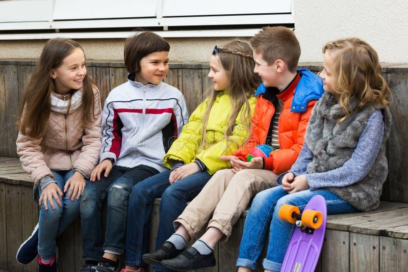 Ungar som delar hemligheter som tala royaltyfria foton
