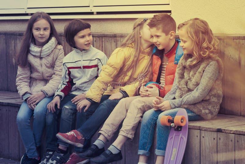 Ungar som delar hemligheter som tala arkivfoto