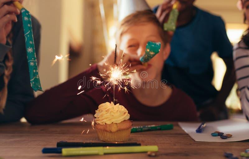 Ungar som firar på födelsedagpartiet royaltyfri fotografi