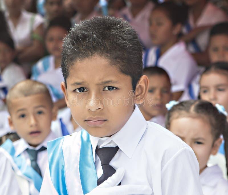 Ungar som firar självständighetsdagen i Central America fotografering för bildbyråer