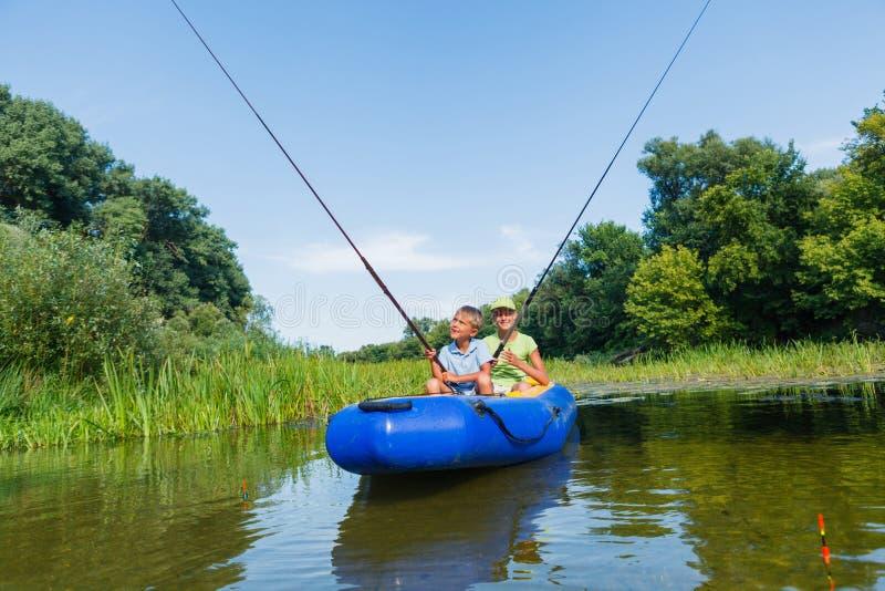 Ungar som fiskar på floden arkivbilder