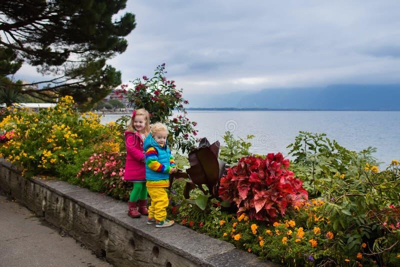 Ungar som går i Montreux, Schweiz royaltyfri fotografi