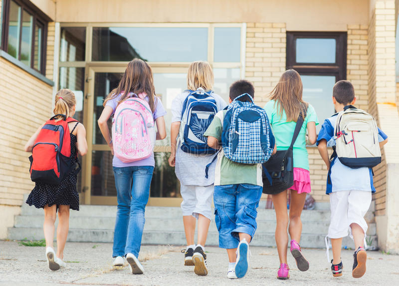 Ungar som går till skolan royaltyfria bilder