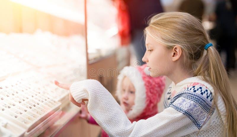 Ungar som gör shopping i gallerian, köpcentrum arkivfoto