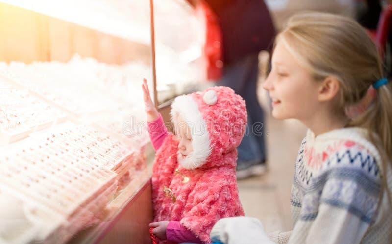 Ungar som gör shopping i gallerian, köpcentrum fotografering för bildbyråer