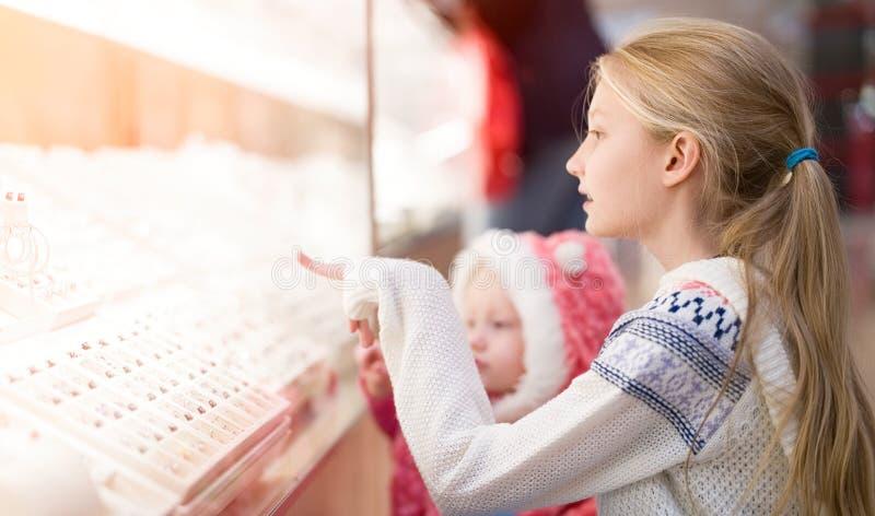 Ungar som gör shopping i gallerian, köpcentrum arkivbild