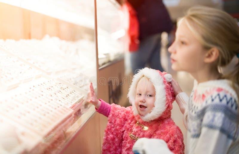 Ungar som gör shopping i gallerian, köpcentrum royaltyfri foto