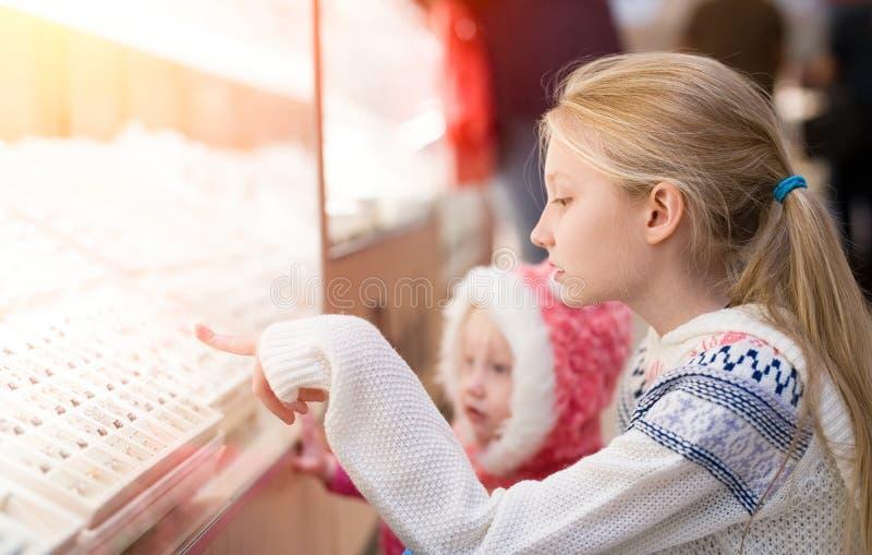 Ungar som gör shopping i gallerian, köpcentrum royaltyfria bilder