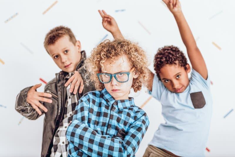 Ungar som har ett parti royaltyfri bild