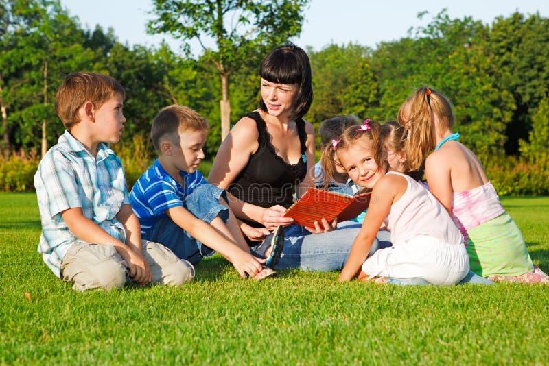 ungar som läser lärare till arkivfoton