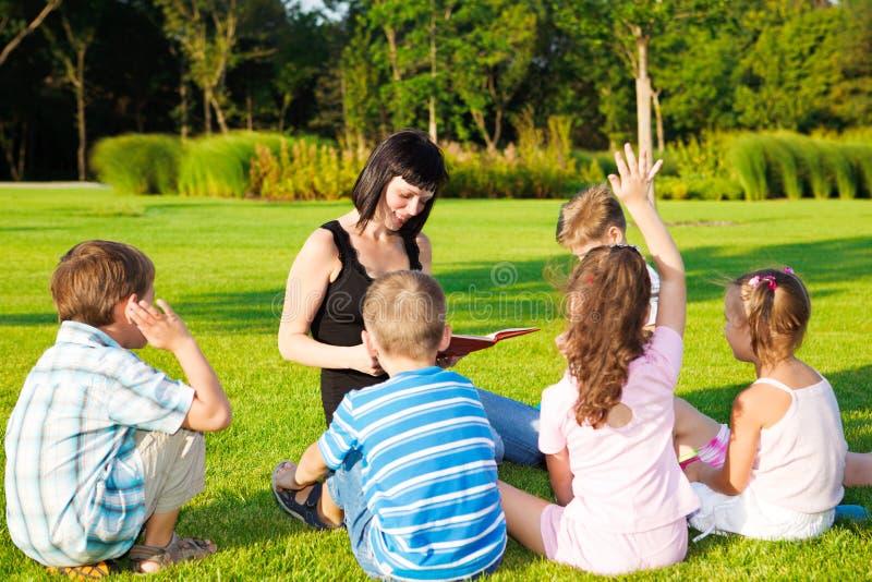 ungar som läser lärare till royaltyfria foton