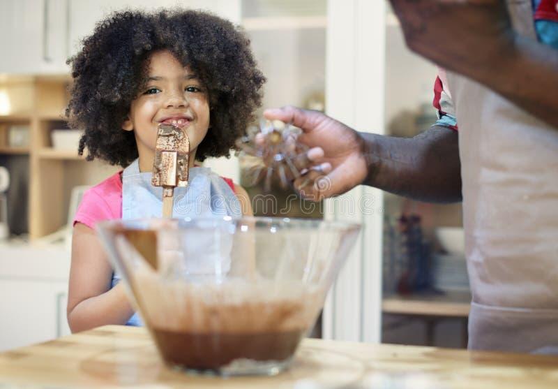 Ungar som lagar mat stekhett kakakökbegrepp arkivbild