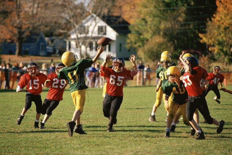Ungar som leker fotboll arkivfoto