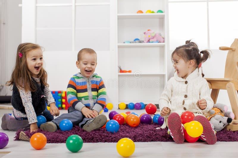 Ungar som leker i rummet arkivbild