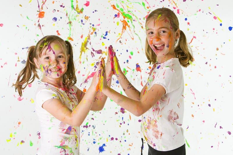 Ungar som leker med målarfärg royaltyfri fotografi