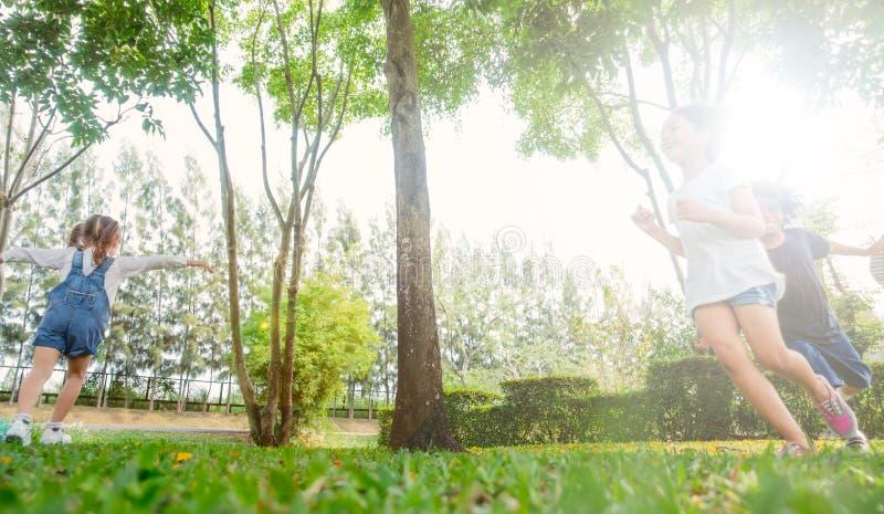 ungar som leker utomhus fotografering för bildbyråer