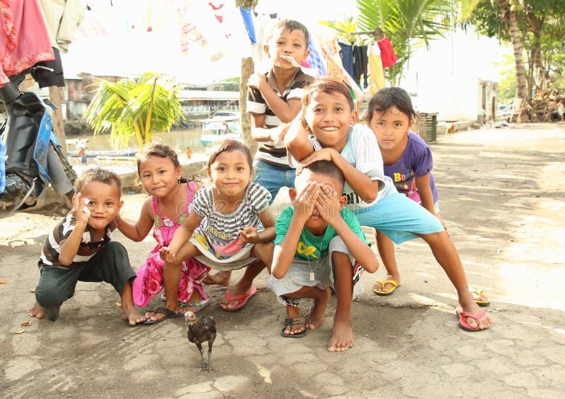 Ungar som poserar i Manado royaltyfria bilder